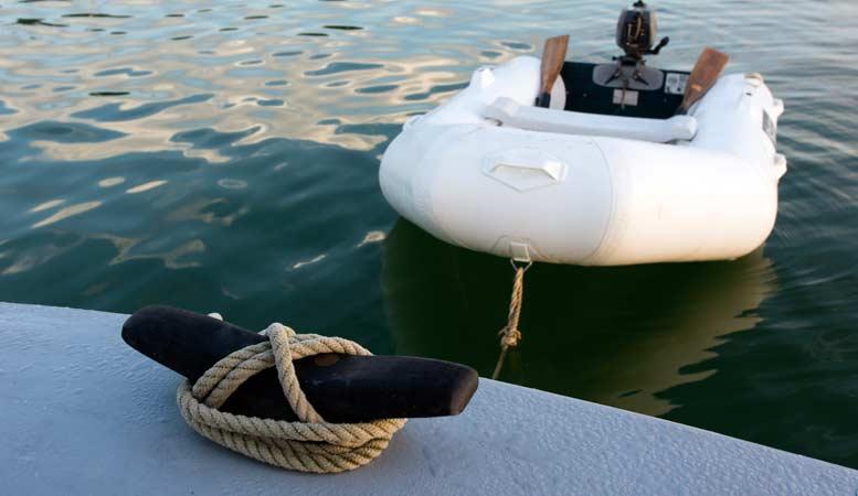 Embarcación neumática asegurada